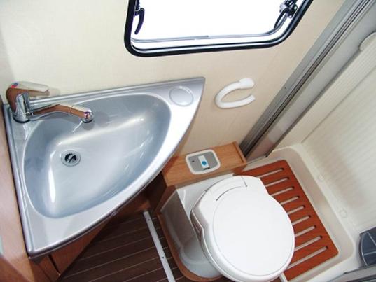 Toilet Met Douche : Ruime douche toilet camper verhuur nieuw zeeland